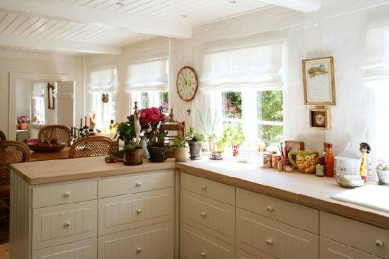 Просторная кухня, изготовленная в деревенском стиле