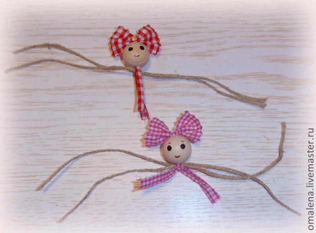Шнурки, скрепленные с головами кукол