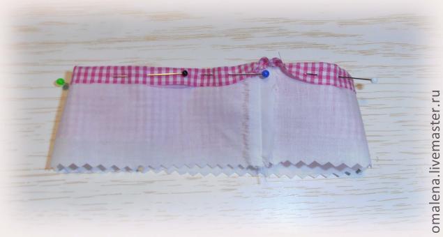 Подвернули выступающую часть цветной юбки