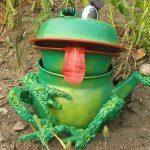 Как сделать фигуру лягушки для сада из бутылок своими руками