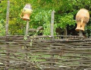 Декорированный забор из лозы